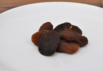 Aprikosen auf Teller