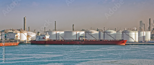 Loading oil supertanker - 82073335