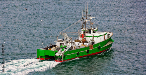 Commercial fishing trawler boat - 82073551