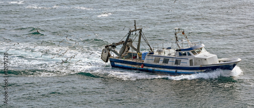 Commercial fishing trawler boat - 82073720