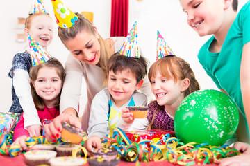 Kind erhält Geschenk zum Kindergeburtstag