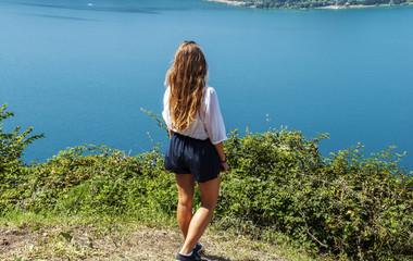 Ragazza sul lago di Nemi