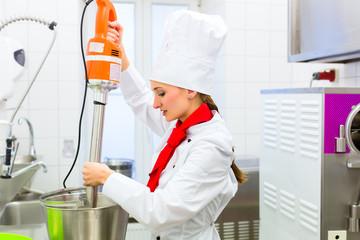 Köchin bei der Eiscreme Zubereitung
