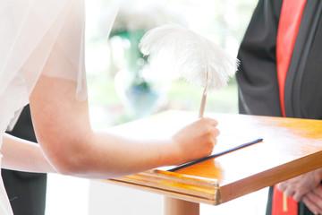 結婚証明書にサインする花嫁