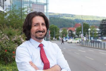 Stehender arabischer Geschäftsmann vor seinem Office