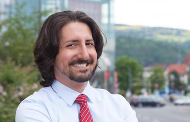 Attraktiver arabischer Geschäftsmann vor seinem Office