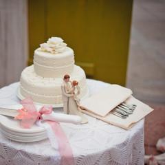 A beautiful wedding cake with a knife