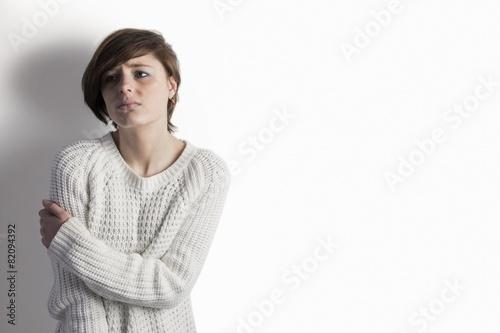 Foto op Plexiglas Wand Sad pretty brunette leaning against wall