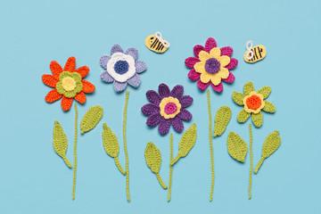 gehäkelte Blumen mit Biene