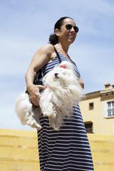 Bichón maltés transportado por su dueña