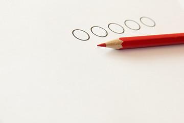 ankreuzen mit rotem Stift