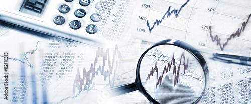 Leinwanddruck Bild Börsenkurse mit Lupe und Taschenrechner