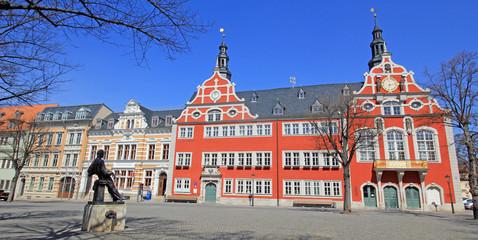 """Arnstadt: Rathaus mit Denkmal """"Junger Bach"""" (Thüringen)"""