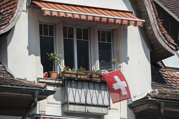 Balkon mit Schweizerfahne, am Vierwaldstättersee