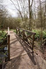 Pont en bois dans la campagne