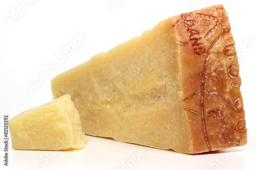 Papiers peints Produit laitier italienischer Grana Padano Käse isoliert auf weißem Hintergrund
