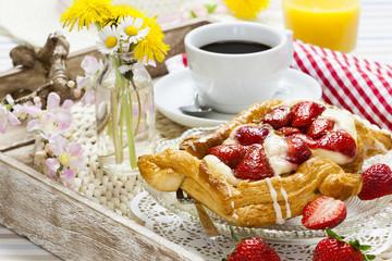 Erdbeerplunder auf Tablett mit Kaffee