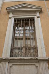 Finestra con frontone timpano e decorazioni, neoclassico