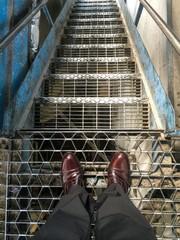 in piedi al bordo della scala