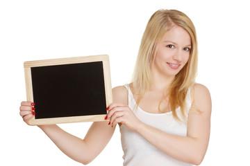 lächelnde Frau hält leere Werbetafel