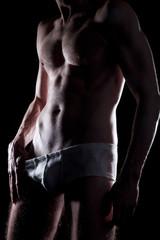 Mann in Unterhose im Studio