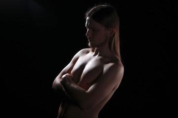 Nackter Mann im Studio Licht