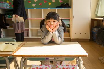 机に座る小学生