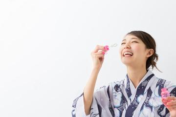 浴衣を着た女性 シャボン玉