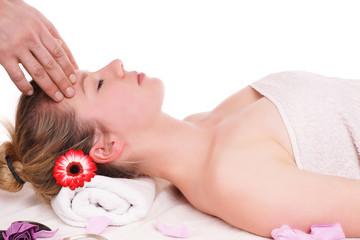 junge Frau entspannt bei einer Kopfmassage