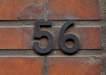 numéro 56 noir sur brique rouge.