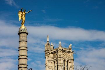 Statue, im Hintergrund Notre Dame