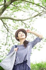 木漏れ日感じる女性