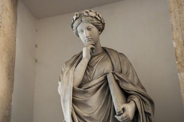Scultura femminile di statua pensante