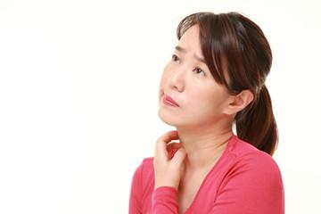 首が痒い女性