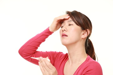 熱を計る女性