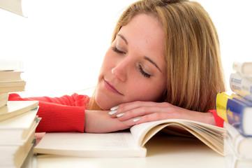Hübsche Studentin ist müde vom Lernen