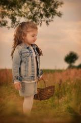 Mädchen mit Korb in der Natur