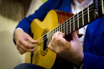 Músico español tocando guitarra flamenca