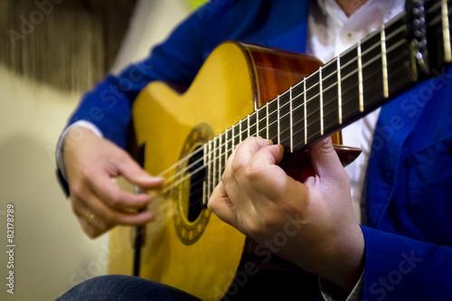 Músico español tocando guitarra flamenca - 82178789