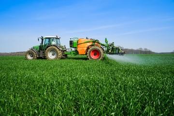 Ackerbau, Pflanzenschutz - auf einem Getreidefeld wird gespritzt