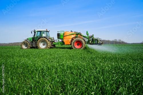 Ackerbau, Pflanzenschutz - auf einem Getreidefeld wird gespritzt - 82179327