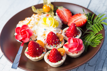 Strawberries in tartlets with whipped cream