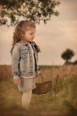 Mädchen mit Korb in der Wiese