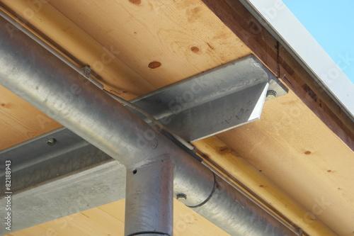 metalltr ger holz berdachung stockfotos und lizenzfreie bilder auf bild 82188943. Black Bedroom Furniture Sets. Home Design Ideas