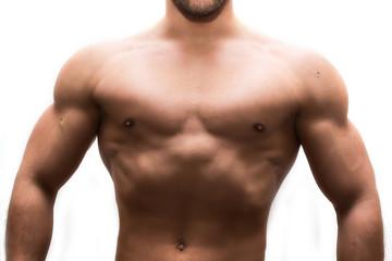 uomo muscoloso che pratica fitness e bodybuilding