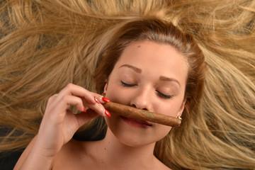 une belle femme avec cigarette