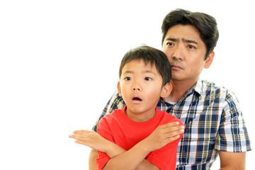 禁止の意思表示をする男の子と父親