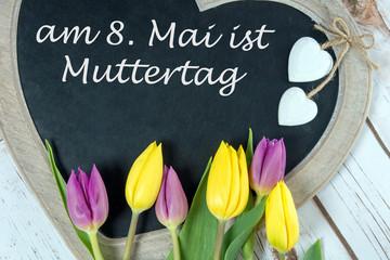 Kreidetafel mit Tulpen und dem Wort Muttertag