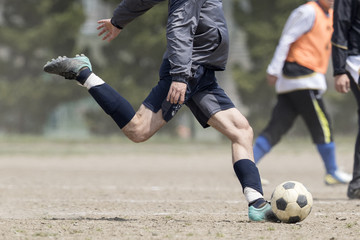 ボールを蹴る足