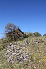 Cabane sur la colline.